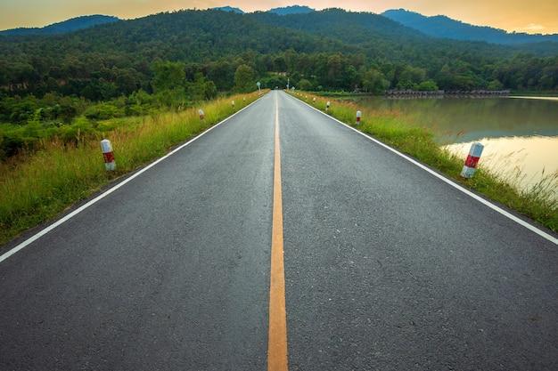Landelijke weg met schilderachtig uitzicht op het reservoir huay tueng tao