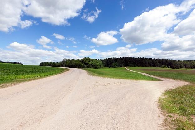 Landelijke weg zonder asfalt, verdeeld in twee aparte wegen in verschillende richtingen