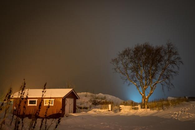 Landelijke winterscène in noord-scandinavië