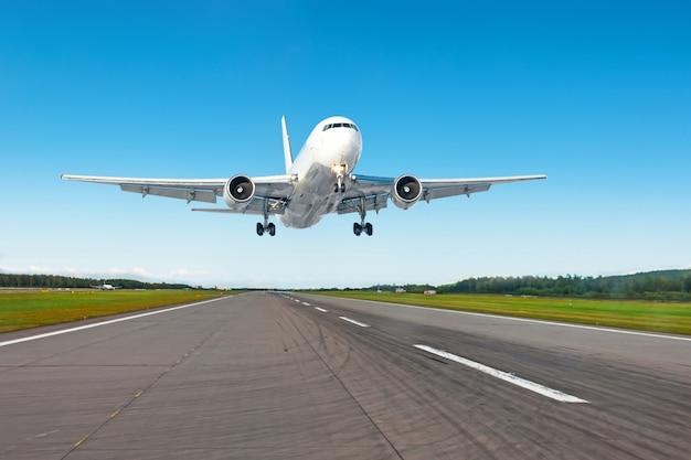 Landende vliegtuigen op de startbaan op de luchthaven, bij mooi weer.