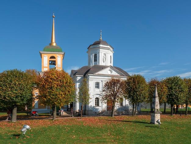 Landhuis kuskovo kerk van de verlosser van de barmhartige in de herfst