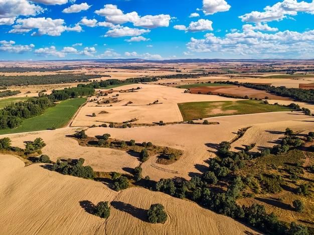 Landlandschap van landbouwvelden op zonnige dag met wolken. segovia.