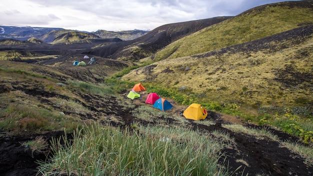 Landmannalaugar, ijsland ã'â »; augustus 2017: een kampeerterrein op de landmannalaugar-trekking