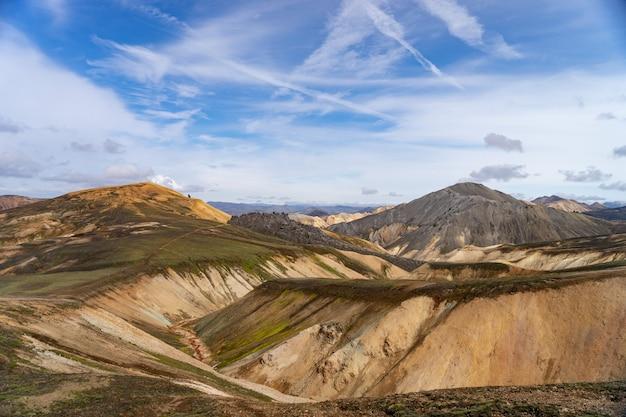 Landmannalaugar-vallei. ijsland. kleurrijke bergen op het wandelpad laugavegur. de combinatie van lagen veelkleurige rotsen, mineralen, gras en mos.