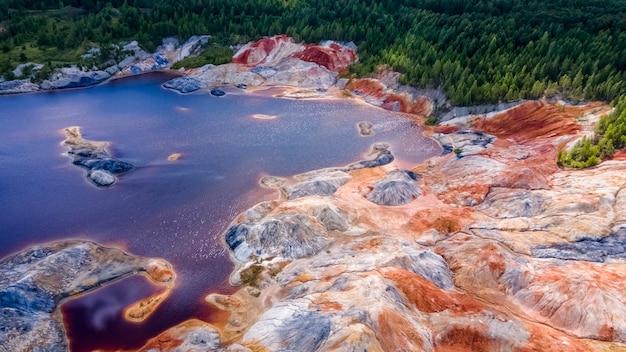 Landschap als een planeet mars oppervlak ural vuurvaste kleigroeven gehard roodbruin oppervlak aarde