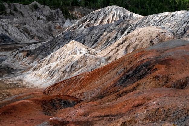 Landschap als een planeet mars oppervlak ural vuurvaste kleigroeven gehard roodbruin oppervlak aarde Premium Foto