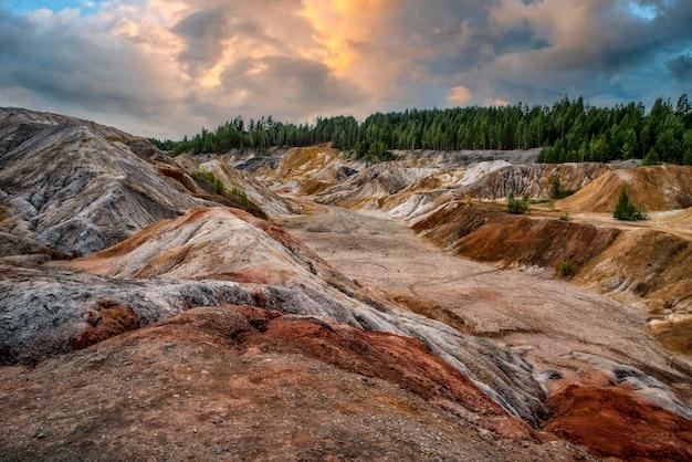 Landschap als een planeet mars oppervlak verbazingwekkende lucht prachtige wolken oeral vuurvaste kleigroeven