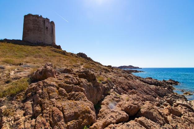 Landschap dat van een kasteelgebouw in de rotsachtige heuvel is ontsproten
