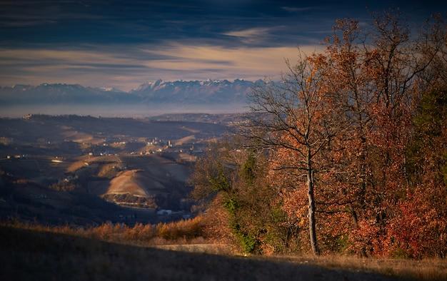 Landschap dat van een overzicht langhe piemonte italië is ontsproten met een duidelijke witte hemel