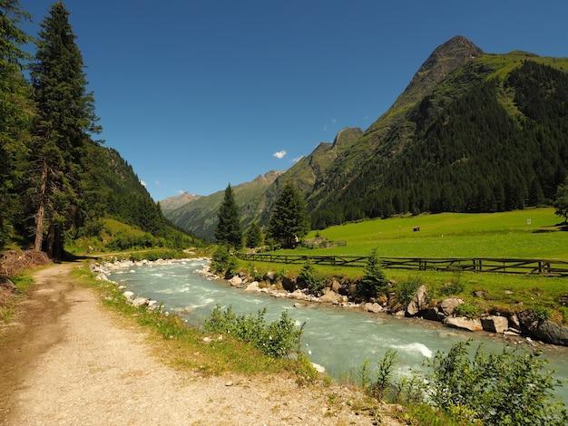 Landschap dat van een stroom stromend water is ontsproten