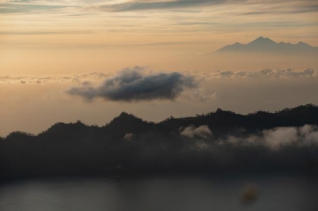Landschap. dawn met uitzicht op de vulkaan. batur-vulkaan. bali, indonesië