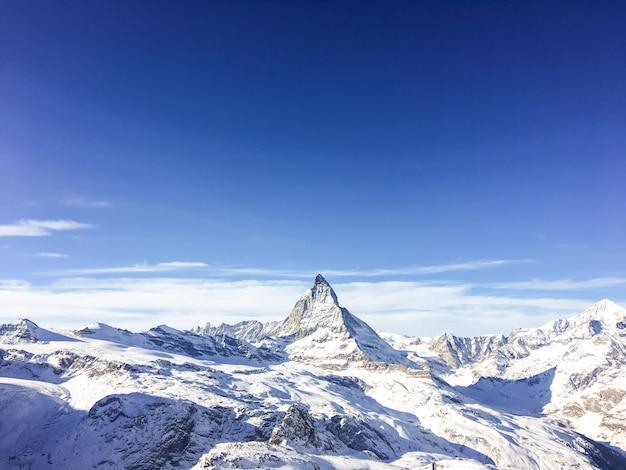 Landschap en aard van berg matterhorn in de ochtend met blauwe hemel in zermatt, zwitserland.