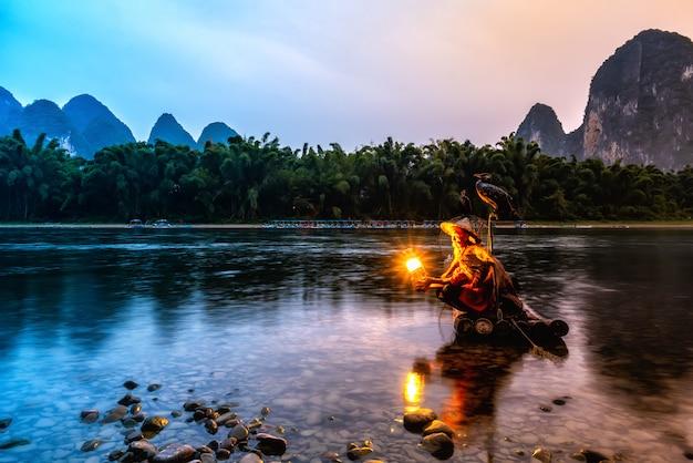 Landschap en bamboevlotten van lijiang-rivier in guilin, guangxi