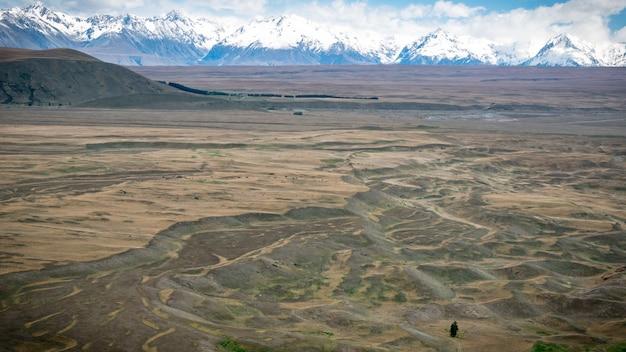 Landschap gevormd door gletsjer met besneeuwde bergen op de achtergrond geschoten in tekapo, nieuw-zeeland
