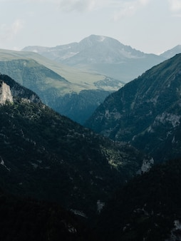 Landschap hoge bergen mist wolken natuur frisse lucht