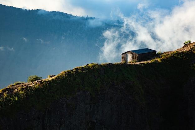 Landschap. huis op de berg. vulkaan batur. bali, indonesië