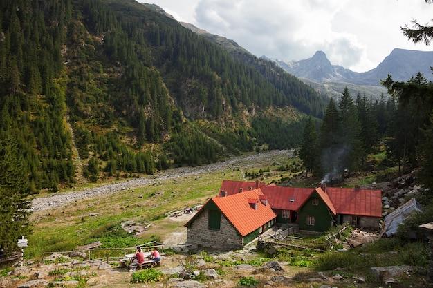 Landschap in de karpaten met traditioneel oud bergchalet