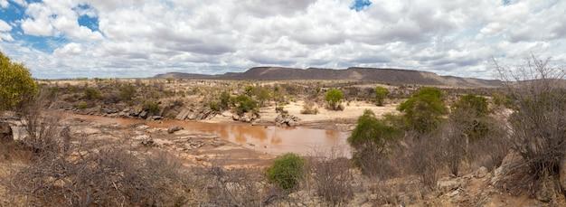 Landschap in kenia met een rivier en bergen