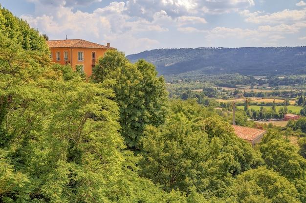 Landschap in zuid-frankrijk helemaal groen het huis op de heuvelbergen op de achtergrond