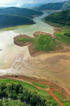 Landschap luchtfoto boven panoramisch uitzicht reservoir dam rivier en berg groene natuurlijke bos in het regenseizoen