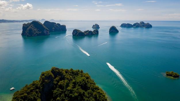 Landschap luchtfoto eilanden van de zee en boot toeristen kra bi thailand