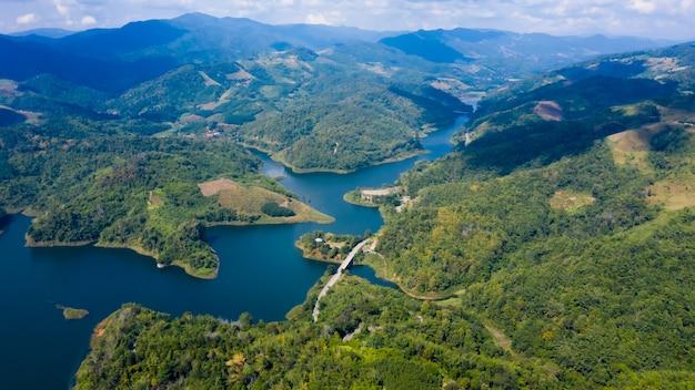 Landschap luchtfoto mae suai dam andthe route met bruggen die de stad in de vallei verbinden bij doi chang chiang rai thailand