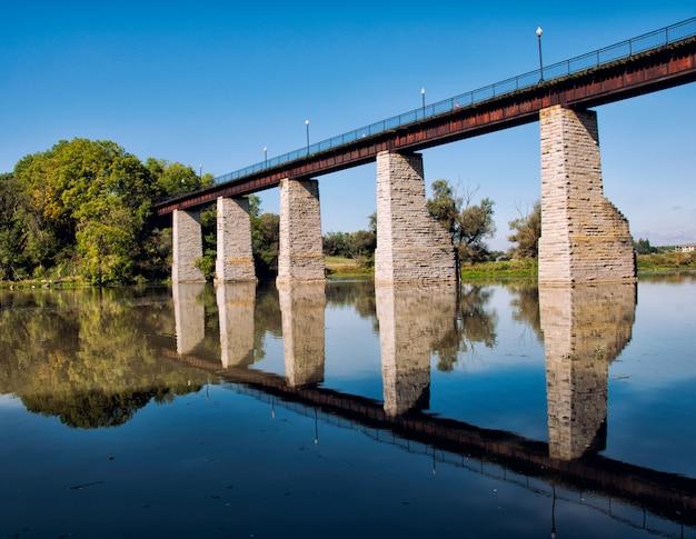 Landschap met bakstenen brug