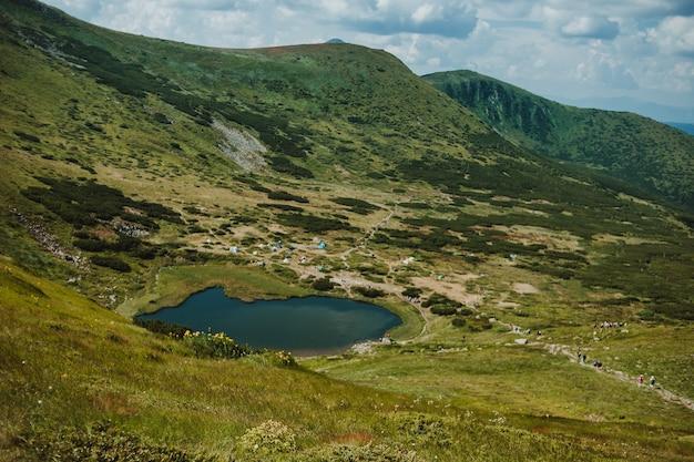 Landschap met bergen en meer nesamovyte