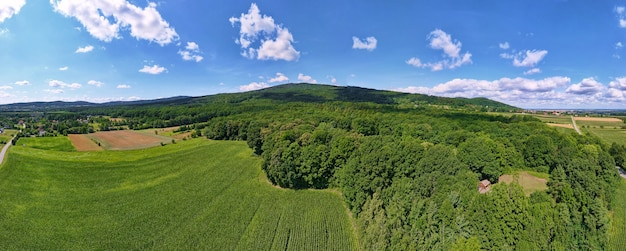 Landschap met bergen, groene velden en plattelandsdorp, luchtfoto