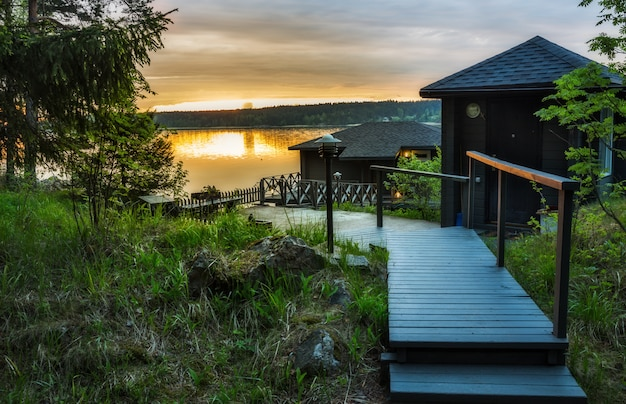 Landschap met een huis op het meer in karelië