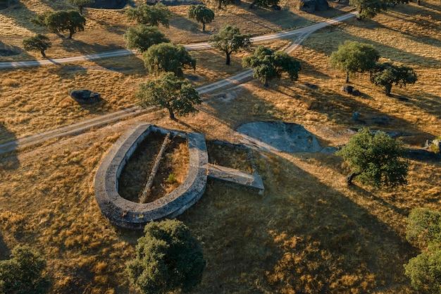 Landschap met een oude veestructuur in de dehesa de la luz. spanje.