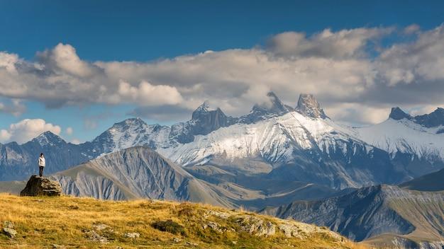 Landschap met flores op de voorgrond en bergen croix de fer op de tafel in de franse alpen.