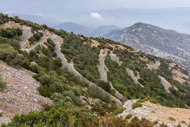 Landschap met kronkelende weg in de berg