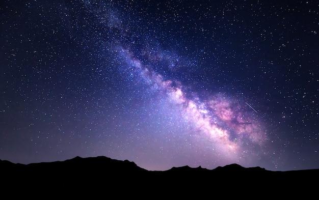 Landschap met melkweg. nachthemel met sterren bij bergen