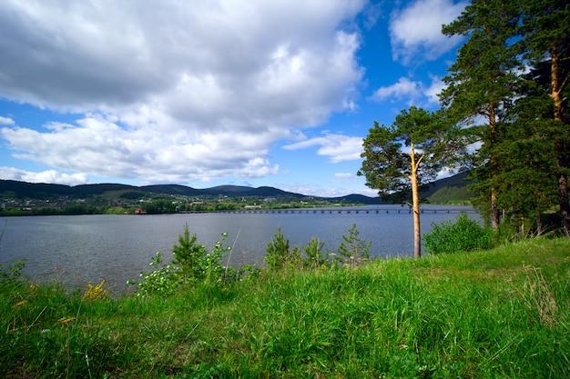 Landschap met rivier en platteland in bashkortostan, rusland