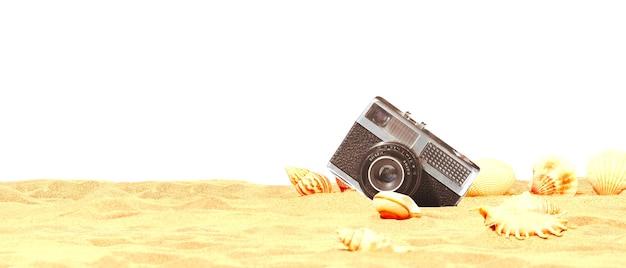 Landschap met schelpen en oude camera op tropisch strand.