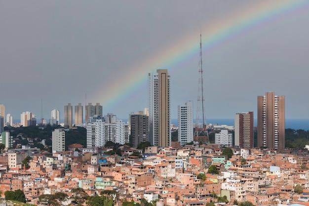 Landschap met stedelijk sociaal contrast in salvador bahia, brazilië