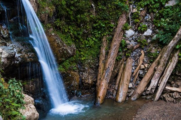 Landschap met stromend vers koel blauw water van waterval in bergen