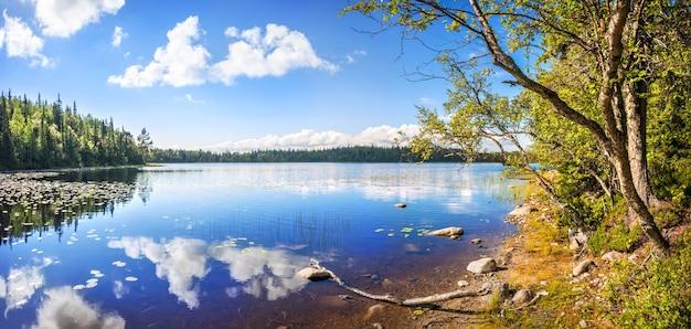 Landschap met uitzicht op een prachtig noordelijk meer met reflecties op anzer island solovetsky islands