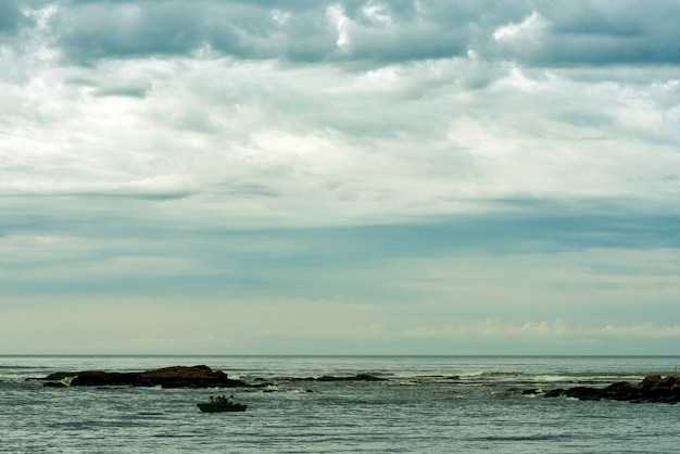 Landschap met vissersboten in de zee. brazilië