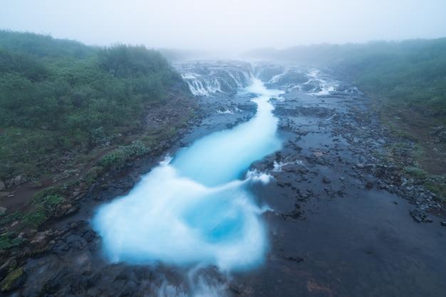 Landschap met waterval bruarfoss in ijsland