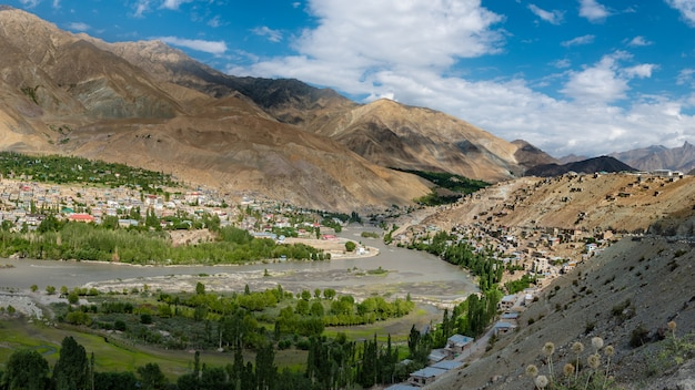 Landschap op de manier van weg zanskar bij de waaier van himalayagebergte