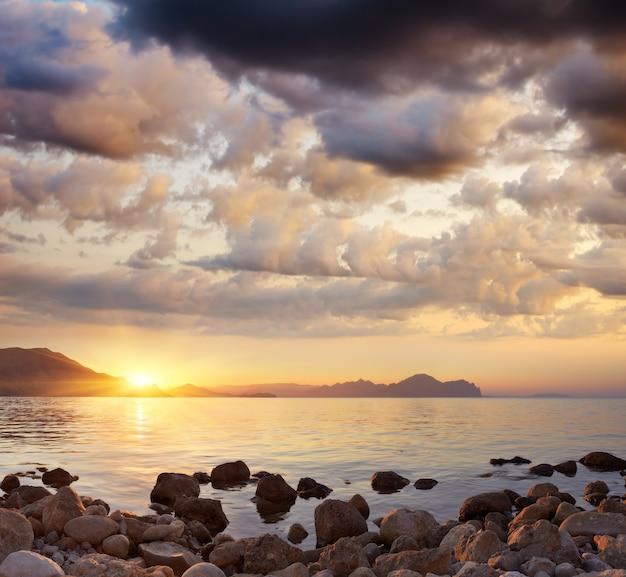 Landschap panorama bij zonsondergang