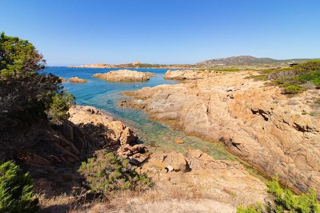 Landschap shot van een blauw meer omgeven door rotsen