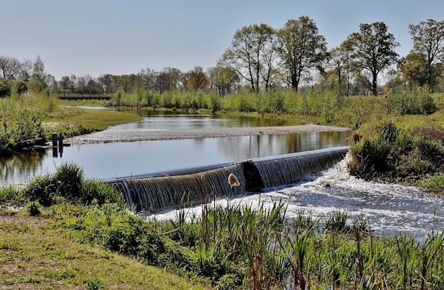 Landschap shot van een kleine landelijke waterval op lentedag