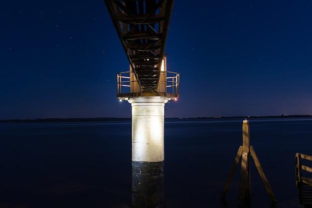 Landschap shot van een kokerbalk brug tijdens een rustige blauwe avond