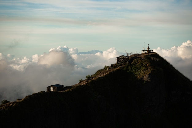 Landschap. tempel in de wolken op de top van de vulkaan batur. bali, indonesië