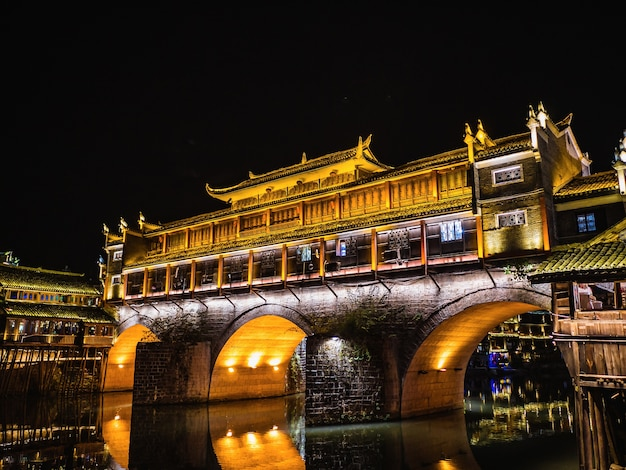 Landschap uitzicht in de nacht van de oude stad fenghuang. de oude stad fenghuang of fenghuang county is een graafschap van de provincie hunan, china