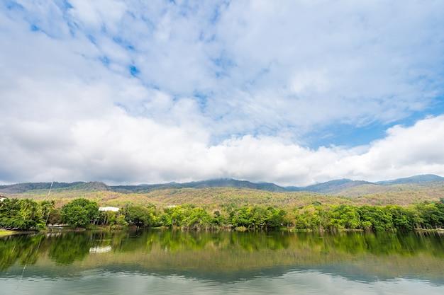 Landschap uitzicht op het meer op ang kaew chiang mai university in de natuur bos uitzicht op de bergen lente blauwe lucht met witte wolk.