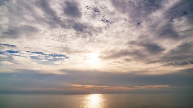 Landschap van aardhemel en wolken boven de zee.